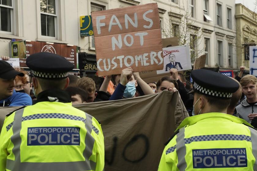 Hinchas de Chelsea protestan frente al estadio Stamford Bridge contra la nueva Superliga.