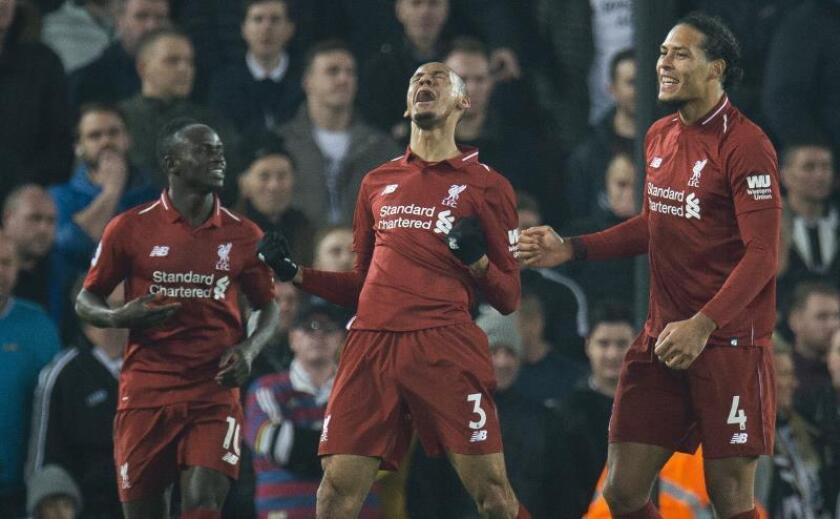 El centrocampista brasileño del Liverpool Fabinho (c) celebra junto a sus compañeros tras marcar un gol durante un encuentro de la Premier League disputado ante el Newcastle en el estadio de Anfield en Liverpool (Reino Unido). EFE