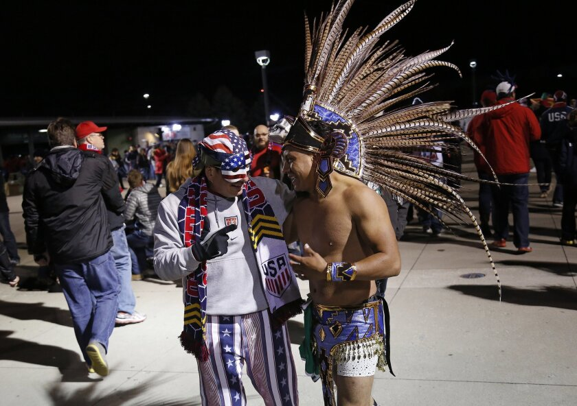 Un fan de México charla con uno de Estados Unidos, previo al choque de sus selecciones en el Mapfre Stadium de Columbus, Ohio.