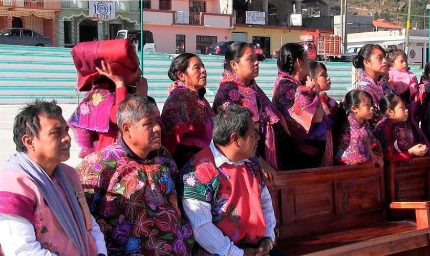 Fotograma extraído de un vídeo hoy, miércoles 21 de febrero de 2018, que muestra a indígenas en San Cristóbal de las Casas Chiapas (México). EFE/Mitzi Mayahuel/MEJOR CALIDAD DISPONIBLE