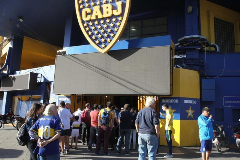 Un grupo de vecinos y transeúntes llega a una de las entradas del estadio 'La Bombonera' luego de una alerta por explosivos hoy, en Buenos Aires (Argentina). EFE