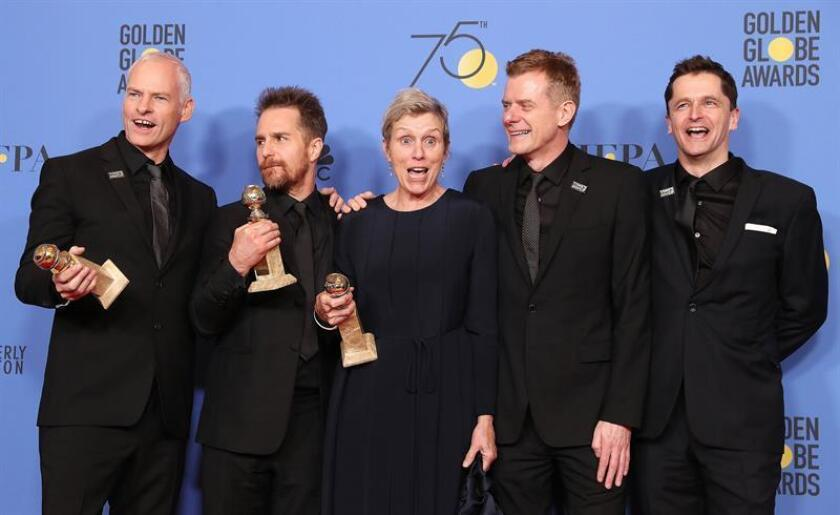 (L-R) Martin McDonagh, Sam Rockwell, Frances McDormand, Graham Broadbent and Peter Czernin pose with the award for Best Motion Picture - Drama for 'Three Billboards Outside Ebbing, Missouri' in the press room during the 75th annual Golden Globe Awards ceremony at the Beverly Hilton Hotel in Beverly Hills, California, USA, este domingo por la noche. EFE