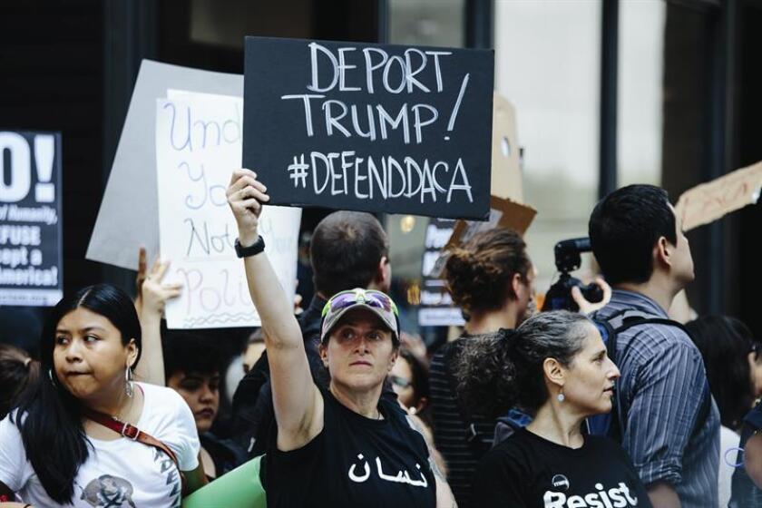Varias personas sostienen pancartas durante una protesta en contra de la decisión del presidente Donald Trump de suspender el programa de Acción Diferida para los Llegados en la Infancia (DACA). EFE/Archivo