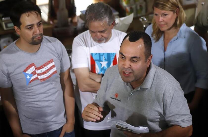 El presidente de la ONG Hispanic Federation, José Calderón (d), habla junto al dramaturgo de origen puertorriqueño Lin Manuel Miranda (i) durante una rueda de prensa hoy, miércoles 24 de octubre de 2018, en la Hacienda San Pedro, en Jayuya (Puerto Rico). EFE