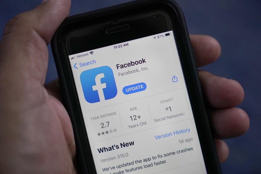 La aplicación de Facebook en un teléfono, el 23 de abril de 2021, en Surfside, Florida. (AP Foto/Wilfredo Lee)