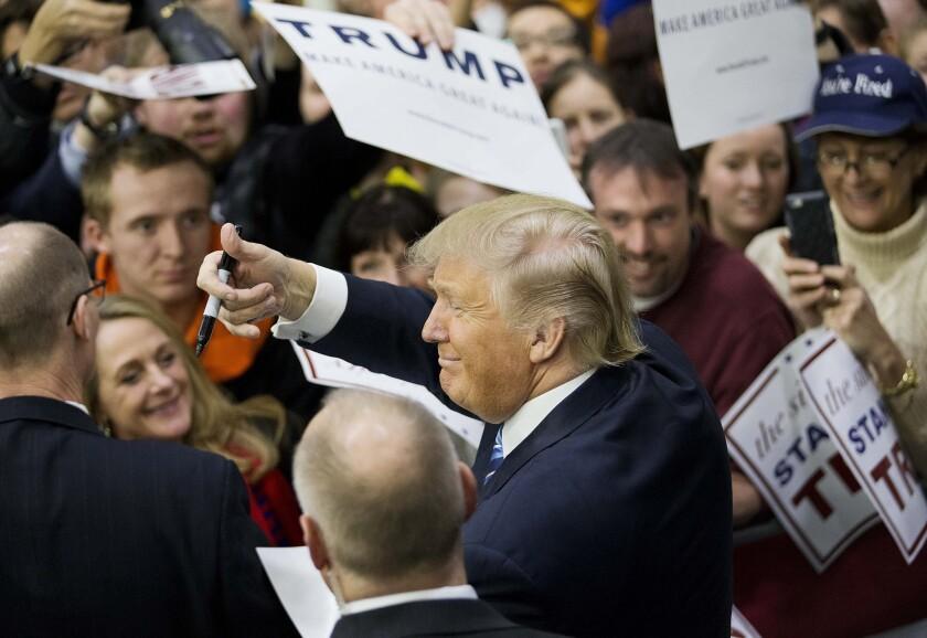 El aspirante a la candidatura republicana a la presidencia, Donald Trump, hace gestos al público mientras firma autógrafos en un acto de campaña en la Universidad del Estado de Plymouth, el domingo 7 de febrero de 2016 en Plymouth, New Hampshire. (AP Foto/David Goldman)