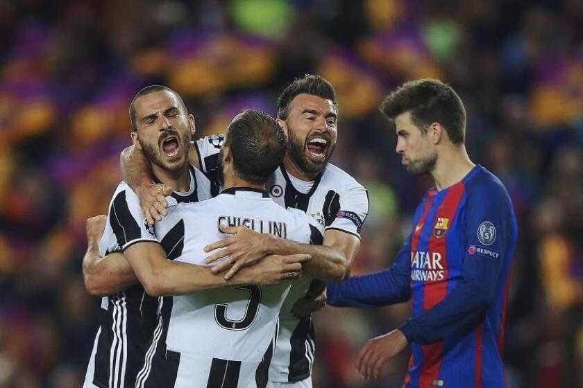 Los jugadores de la Juventus, (i-d) Leonardo Bonucci, Giorgio Chiellini y Andrea Barzagli, celebran un gol en la Liga de Campeones. EFE/Archivo