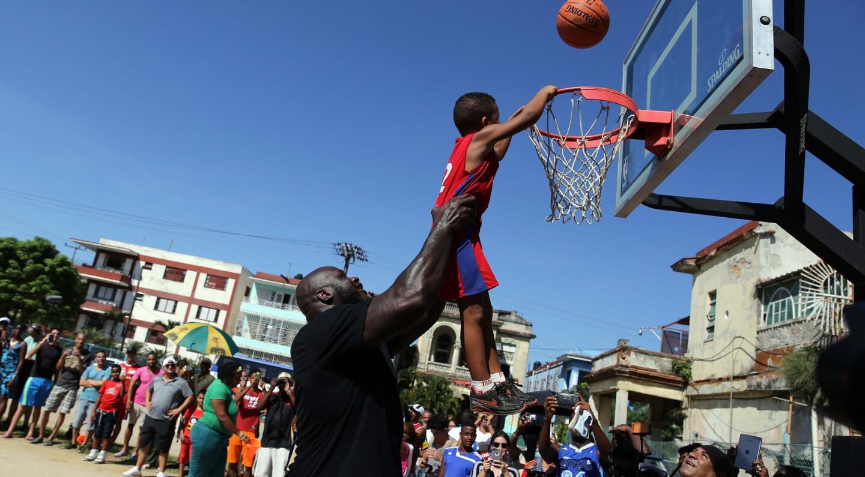 Shaquille O'Neal, quien jugó durante 19 temporadas en distintos equipos de la NBA, participó en una clínica con niños y jóvenes en La Habana, Cuba. O'Neal acudió como enviado del Departamento de Estado de EEUU, en el marco de la normalización de relaciones entre ambos países.