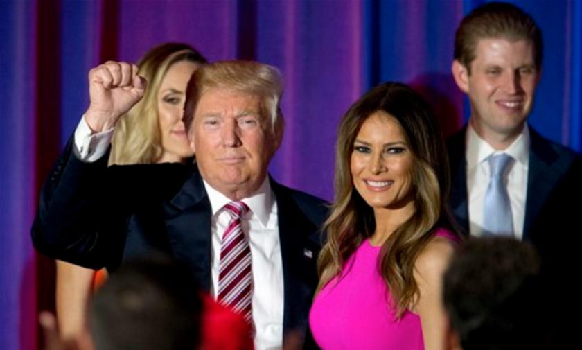 Esta foto muestra al virtual nominado a la presidencia por el partido Republicano Donald Trump, enfrente, saludando a simpatizantes mientras sale con su esposa Melania, tras una conferencia de prensa. (Foto AP /Mary Altaffer)