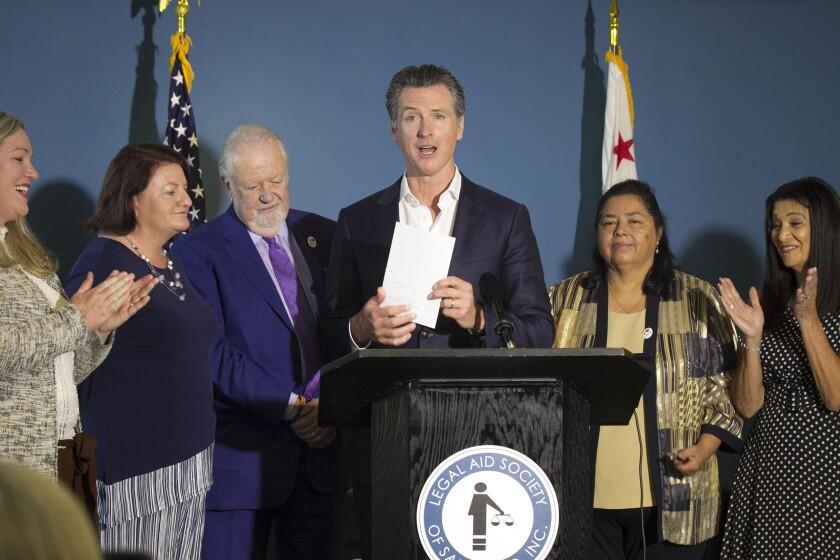 El gobernador de California, Gavin Newsom, implementa este programa a favor de los inmigrantes indocumentados al ver que no recibieron el estímulo económico del gobierno federal en medio de la pandemia.
