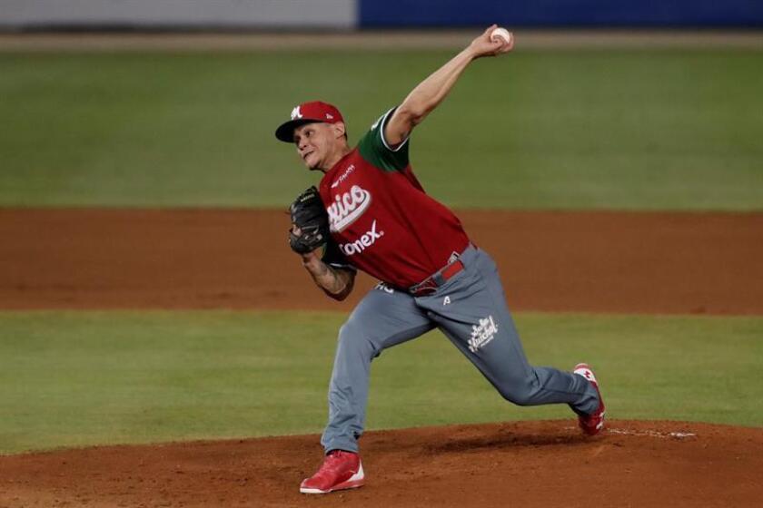 Orlando Lara de México lanza la pelota durante su juego contra Venezuela este lunes en un partido de la Serie del Caribe 2019 en el estadio Nacional Rod Carew en ciudad de Panamá (Panamá). EFE