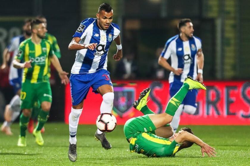 La vigésima cuarta jornada de la Liga portuguesa tiene como principal atractivo el duelo que protagonizarán el Oporto y el Benfica que, además de ser un clásico, definirá el liderato provisional, ya que los dragones son primeros con un punto de ventaja sobre las águilas. EFE/Archivo