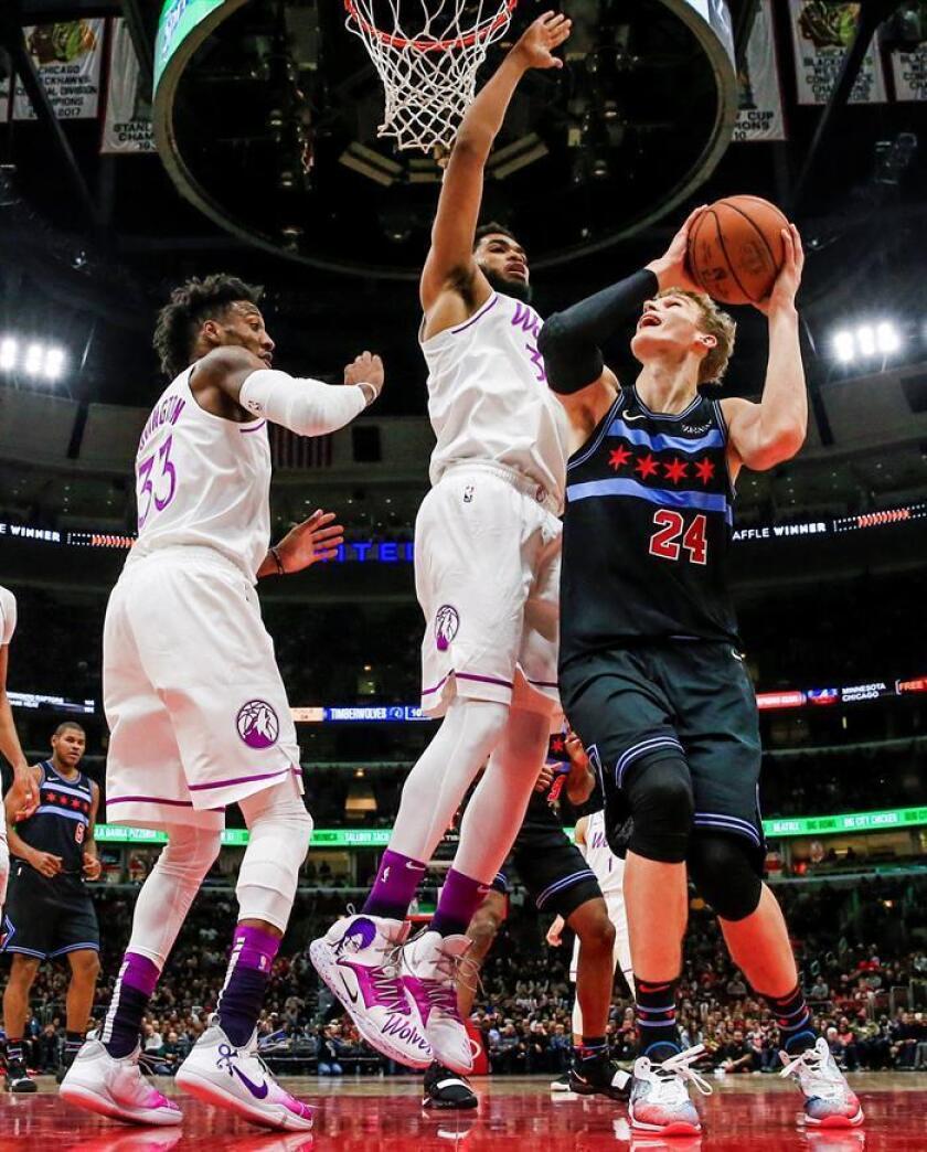 El jugador de los Bulls Lauri Markkanen (d) en acción contra Karl-Anthony Towns (c) y Robert Covington (i) de los Timberwolves, durante un partido de baloncesto de la NBA disputado el pasado 26 de diciembre. EFE