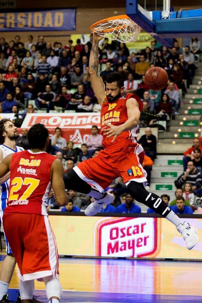 Vitor Faverani (d), el ala pívot hasta ahora de UCAM Murcia CB durante un partido. EFE/Archivo