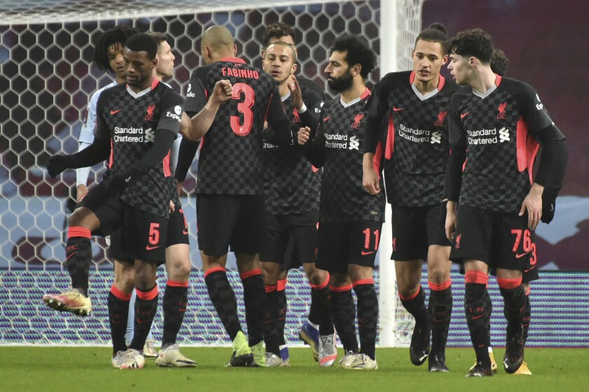 Mohamed Salah (medio) celebra tras marcar el cuarto gol del Liverpool en el partido contra Aston Villa
