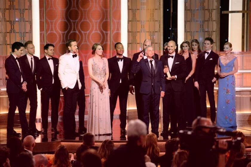 """Fotografía cedida por HFPA. """"La La Land"""" se llevó los trofeos como mejor película de comedia o musical, mejor director (Damien Chazelle), mejor actor (Ryan Gosling), mejor actriz (Emma Stone), mejor guion (Chazelle), mejor canción original (""""City of Stars"""") y mejor banda sonora original (Justin Hurwitz). EFE/EPA/HFPA / SOLO USO EDITORIAL/NO VENTAS"""
