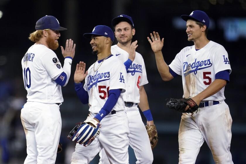 Los Dodgers de Los Ángeles festejan la victoria 8-4 ante los Diamondbacks de Arizona, el martes 14 de septiembre de 2021. (AP Foto/Marcio José Sánchez)