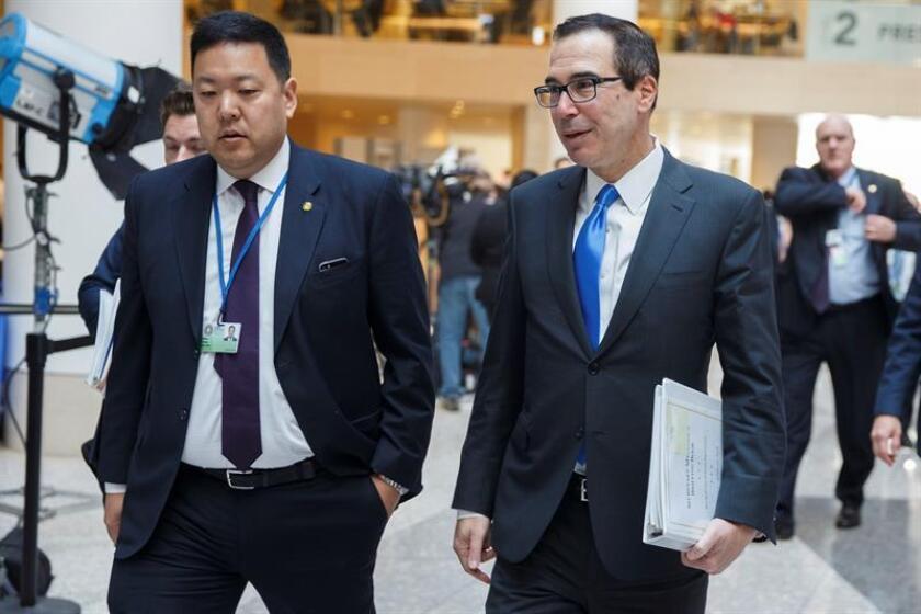 El secretario del Tesoro de Estados Unidos, Steven Mnuchin (dcha), llega a la reunión de ministros de Economía del G20 dentro de la asamblea de primavera del Fondo Monetario Internacional, en su sede de Washington, EE.UU., el 20 de abril del 2018. EFE/ARCHIVO