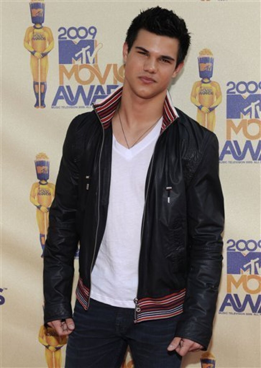 Taylor Lautner  arrives at the MTV Movie Awards on Sunday May 31, 2009, in Universal City, Calif. (AP Photo/Chris Pizzello)