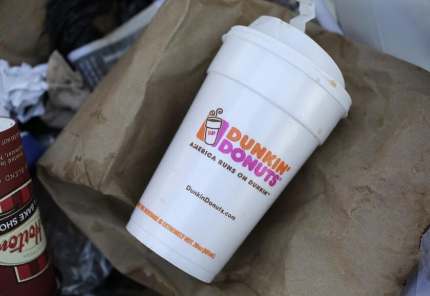 Un vaso de poliestireno de Dunkin' Donuts tirado en un contenedor de basura en Nueva York el 14 de febrero de 2013. Dunkin' planea dejar de usar por completo los vasos de unicel a nivel mundial en el año 2020, informó la empresa el 7 de febrero de 2018. (AP Foto/Mark Lennihan, File)
