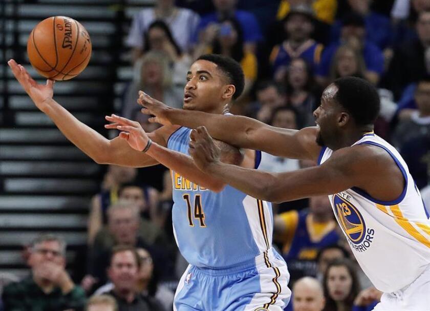 El jugador Draymond Green (d) de Golden State Warriors en acción ante Gary Harris (i) de Denver Nuggets durante el partido. EFE