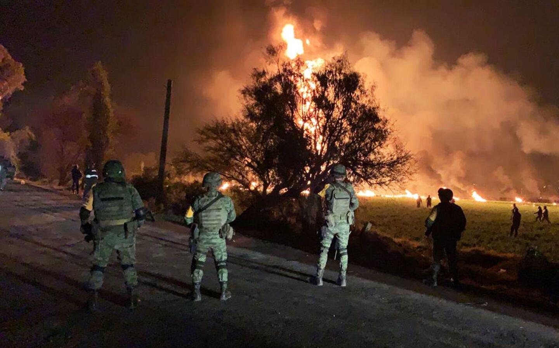 Soldados observan resguardan la zona del incendio.Una toma clandestina en un ducto de la empresa estatal Petróleos Mexicanos (Pemex) explotó en Tlahuelilpan, en el estado de Hidalgo, a unos 100 kilómetros (62 millas) al norte de Ciudad de México; decenas de personas murieron calcinadas.