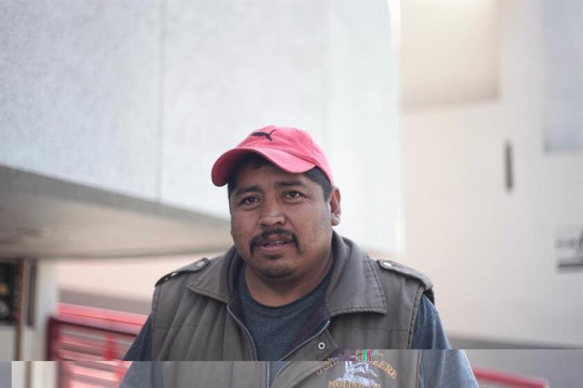 Impotentes y sin conseguir respuestas, decenas de personas se agolpan en los alrededores del mercado pirotécnico de San Pablito, en el municipio mexicano de Tultepec, anhelantes por saber el paradero de sus familiares desaparecidos tras las explosiones en las que murieron 32 personas. EFE