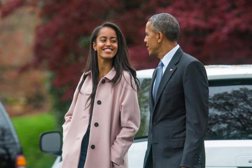 Malia Obama junto a su padre, el ex Presidente Barak Obama.