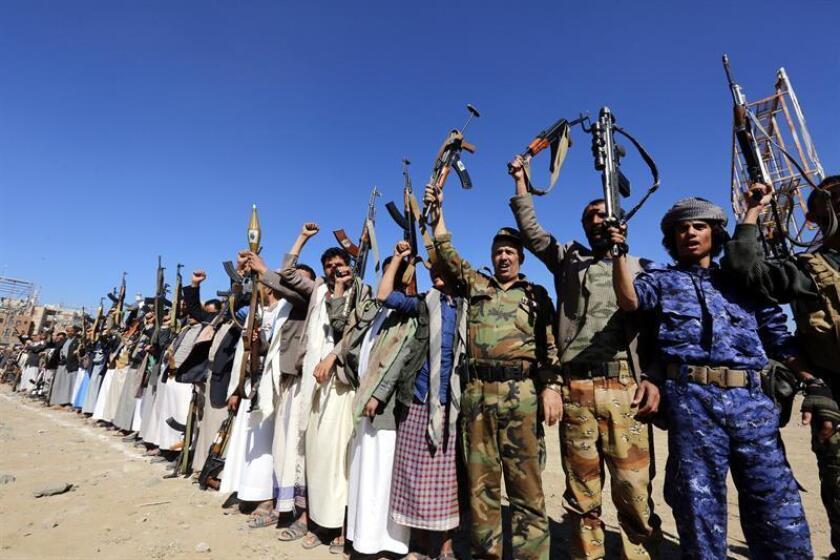 Seguidores de los rebeldes hutíes se concentran el 19 de enero de 2018 para mostrarles su apoyo, en Saná (Yemen). El Gobierno yemení y los rebeldes se han acusado mutuamente de incumplir la tregua que entró en vigor la medianoche del día 18 en la ciudad de Al Hudeida, en el oeste del país, donde se han registrado disparos, explosiones y combates esporádicos en la urbe y la provincia homónima. EFE/Archivo
