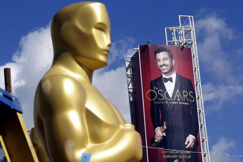 Detalle de estatua de Óscar con el fondo de una imagen del presentador Jimmy Kimmel durante los preparativos de los premios de la Academia Óscar, en Hollywood, Los Ángeles, California, EEUU. EFE/Archivo