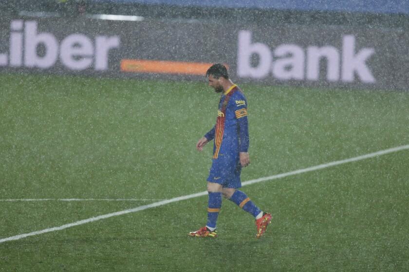 El argentino Lionel Messi, del Barcelona, camina sobre la cancha durante el clásico de La Liga española