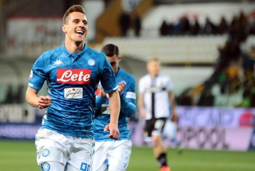 El delantero del Nápoles Arkadiusz Milik celebra uno de sus goles al Parma Calcio1913 ven el Ennio Tardini Stadium de Parma, Italia. EFE/EPA
