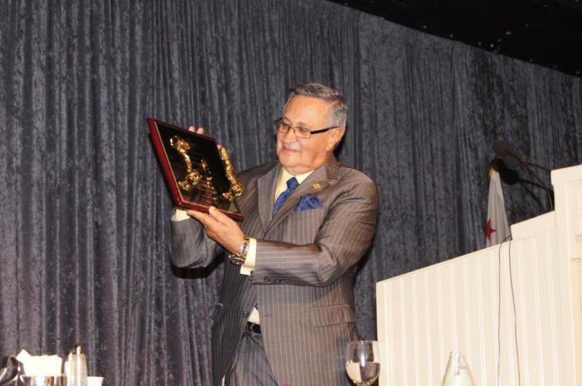 Jaime Jarrín, cronista oficial de los Dodgers, muestra el premio Art Gilmore al mérito por su trayectoria que le entregó Pacific Pioneer Broadcasters el pasado 24 de enero en Studio City, California.