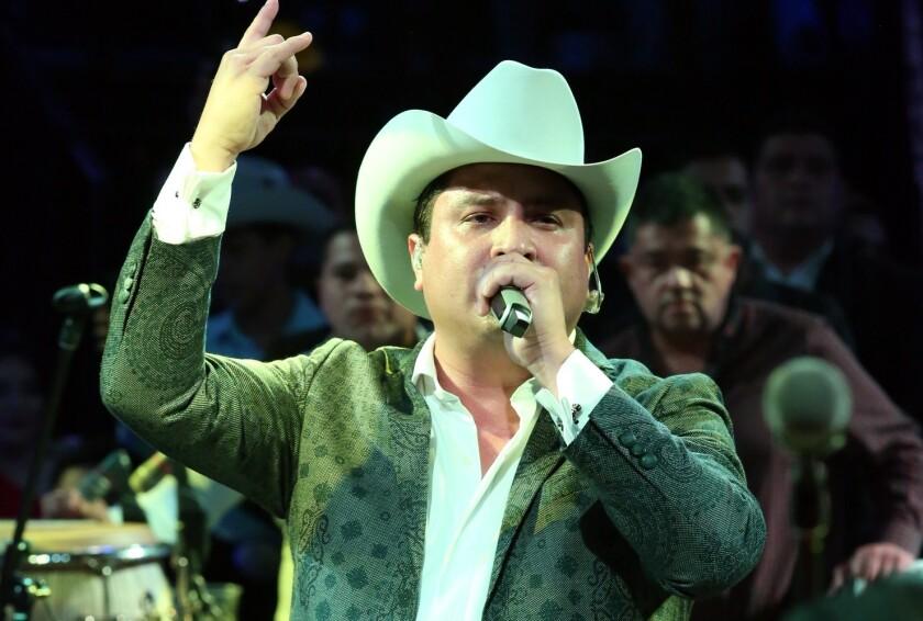 Julión Álvarez interpretó sus éxitos ante el público que llenó el Domo Care.