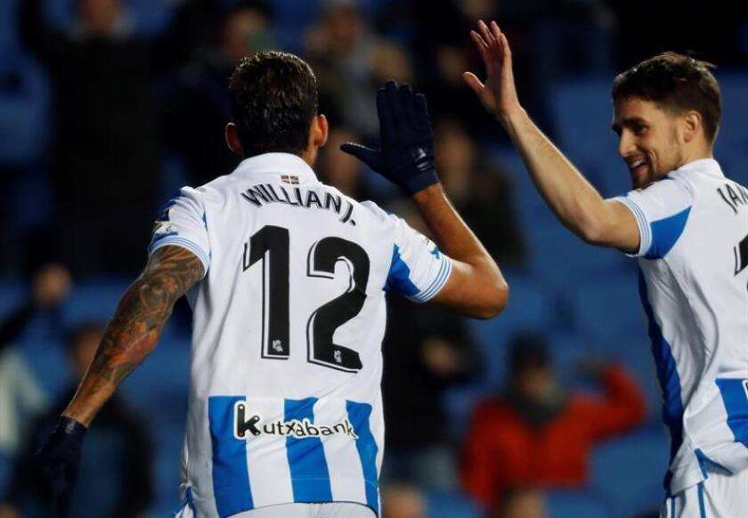El delantero brasileño de la Real Sociedad Willian José (i) celebra con el belga Adnan Januzaj (d) su gol, segundo del equipo ante el RCD Espanyol, durante el partido de la 19? jornada de Liga en Primera División que se disputa esta noche en el estadio de Anoeta, en San Sebastián. EFE