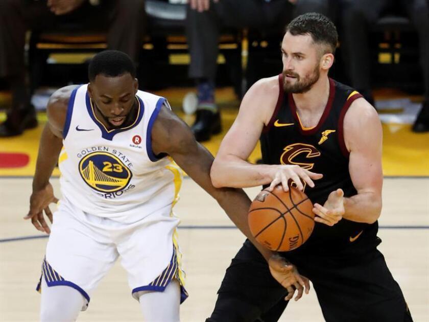 Draymond Green (i), de los Warriors de Golden State, intenta alcanzar la pelota junto a Kevin Love (d), de los Cavaliers de Cleveland, durante el primer partido de la final de la NBA. EFE