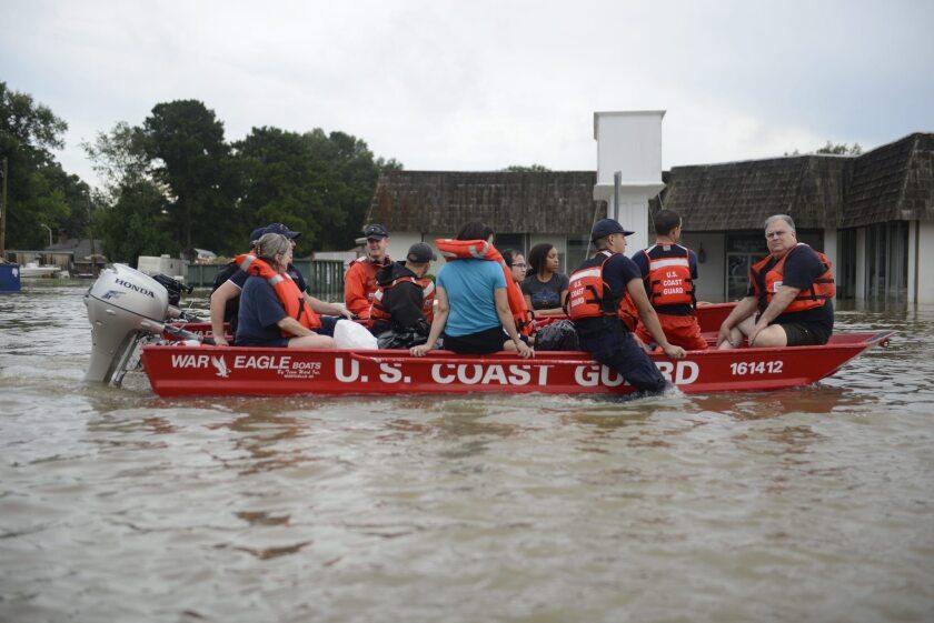 Fotografía facilitada por los Guardacostas de EE.UU. Las inundaciones históricas que asolan a Luisiana (sur de EEUU) han dejado 6 muertos y a más de 10.000 personas en refugios, mientras continúan hoy las tareas de rescate y el estado de emergencia. EFE/Brandon Giles/US Coast Guard