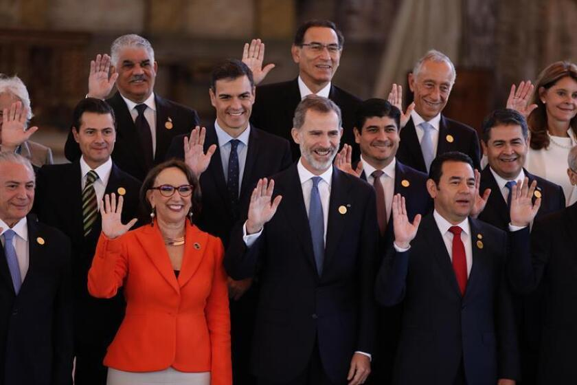 Ibero-American Secretary General Rebeca Grynspan (l.), King Felipe VI of Spain (c.) and Guatemalan President Jimmy Morales (r.), among other leaders, pose for a photo on Nov. 16, 2018, as they begin their biennial Ibero-American Summit of heads of state and government. EFE-EPA/Jose Mendez