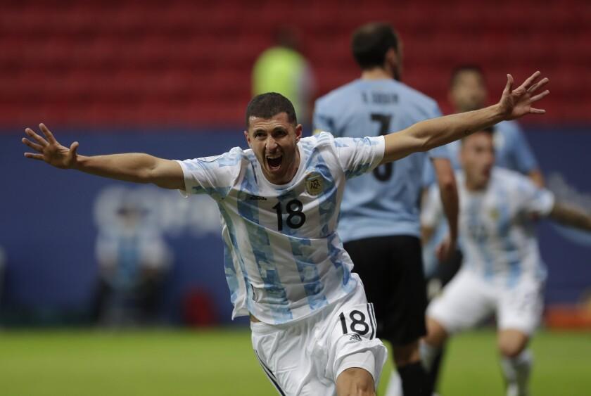 Guido Rodríguez, de Argentina, festeja tras anotar el primer tanto en el encuentro de la Copa América ante Uruguay, el viernes 18 de junio de 2021 (AP Foto/Eraldo Peres)
