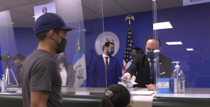 Pedro Brolo, ministro de Relaciones Exteriores de Guatemala, atiende a unos usuarios en Lake Worth, Florida.