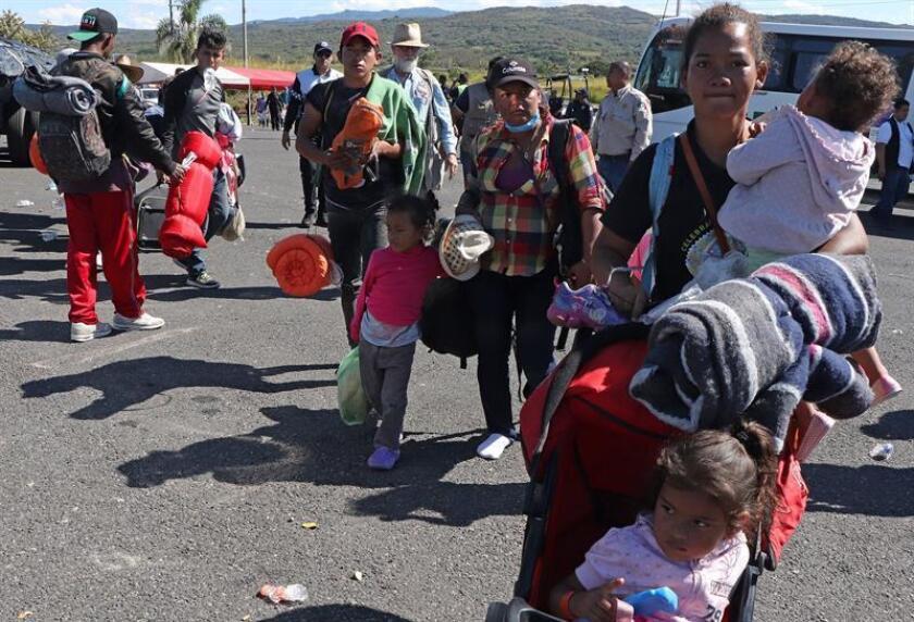 El principal contingente de la caravana de migrantes centroamericanos avanza en grupos por el noroeste de México, todavía a unos 2.000 kilómetros de Tijuana, donde ya se han congregado algunos centenares ante la atenta mirada de Estados Unidos. EFE/Archivo