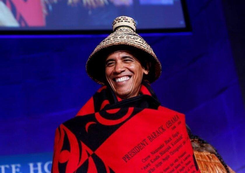 El presidente de Estados Unidos, Barack Obama, sonríe tras recibir un sombrero tradicional en la Conferencia de Naciones Tribales en la Casa Blanca, Washington (Estados Unidos) hoy, lunes 26 de septiembre de 2016. Líderes de las 567 naciones nativas americanas se reúnen para discutir asuntos con el Gobierno. EFE