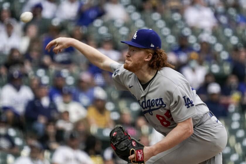 Dustin May de los Dodgers de Los Ángeles lanza durante la primera entrada del juego de las Grandes Ligas contra los Cerveceros de Milwaukee, el sábado 1 de mayo de 2021, en Milwaukee. (AP Foto/Morry Gash)