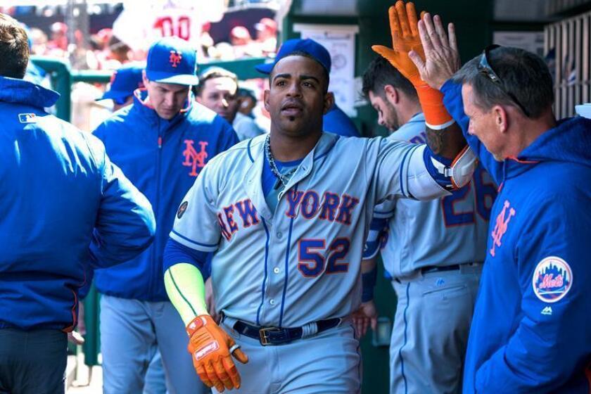 En la imagen un registro de Yoenis Céspedes (c), bateador designado cubano de los Mets de Nueva York, quien aportó un jonrón en la victoria de su equipo 5-7 sobre los también neoyorquinos Yanquis. EFE