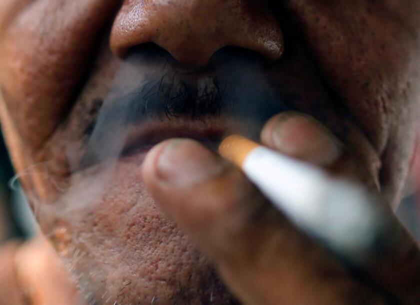 Las personas que fuman constantemente un promedio diario de solo un cigarrillo a lo largo de su vida tienen un riesgo de muerte un 64 por ciento más alto que quienes nunca han fumado, asegura un estudio. EFE/ARCHIVO