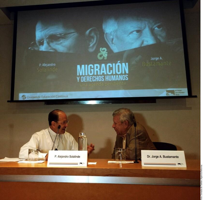 El padre Alejandro Solalinde (izq.) y Jorge Bustamante ofrecieron una conferencia en el Colegio de la Frontera Norte.