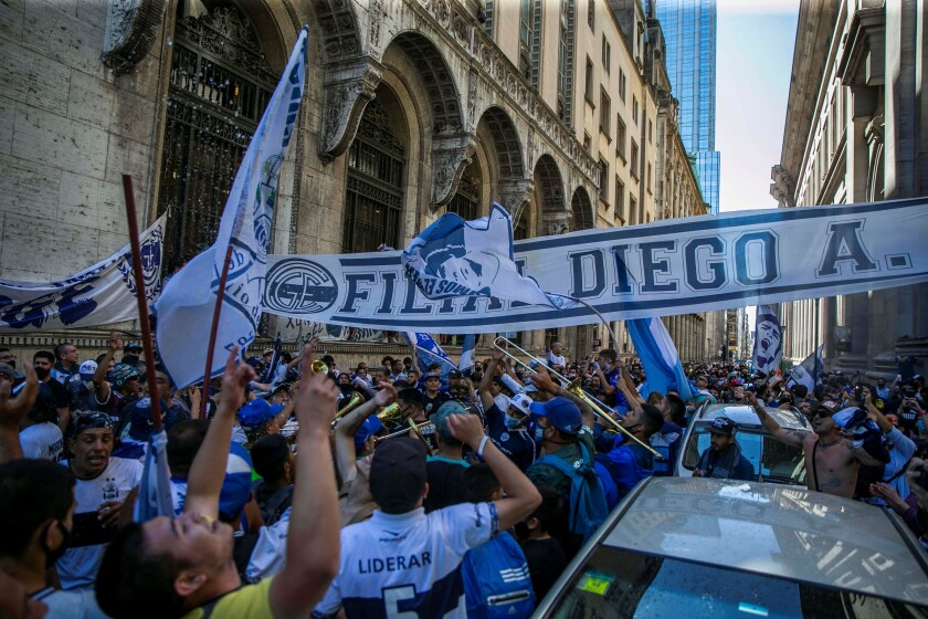 Los fanáticos de la leyenda del fútbol Diego Armando Maradona se reúnen frente a la capilla funeraria