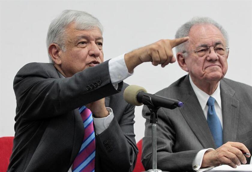 El presidente electo de México, Andrés Manuel López Obrador, dijo hoy que las obras para convertir la base militar de Santa Lucía en aeropuerto civil durarán tres años y supondrán un ahorro de 100.000 millones de pesos (4.950 millones de dólares) respecto a construir un nuevo aeródromo. EFE/ARCHIVO