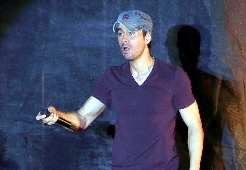 El cantante Enrique Iglesias siempre ha tenido actitudes machistas en sus presentaciones.