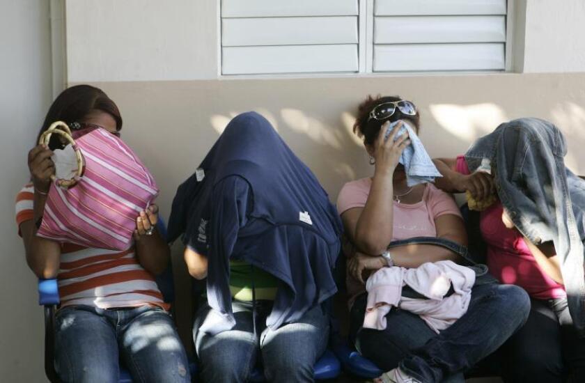 Varias mujeres indocumentadas cubren sus rostros durante su presentación en Santo Domingo (República Dominicana). EFE/Archivo